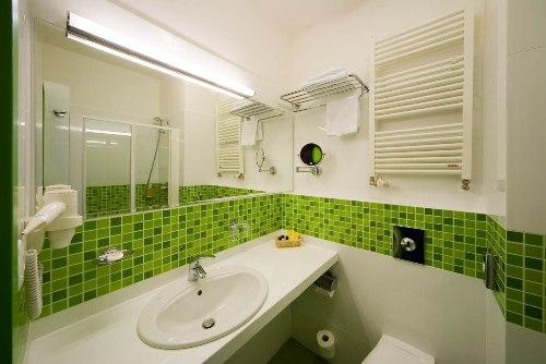 Сочетание мелкой салатовой плитки с крупной белой в ванной