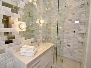 Зеркальная плитка различной формы в ванной